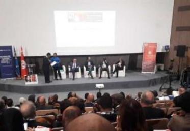 مئات الصحفيين يدعون من تونس إلى حماية حرية التعبير