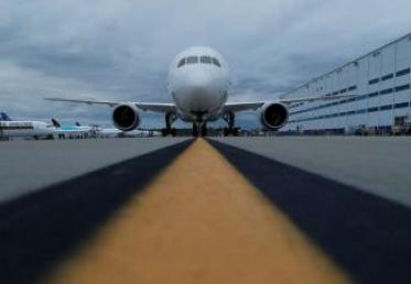 """طائرة ركاب """"بوينغ"""" تعلق رحلتها بسبب تصاعد دخان من قمرة القيادة"""