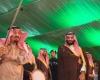الملك سلمان يؤدي العرضة العسكرية إلى جانب ولي عهده