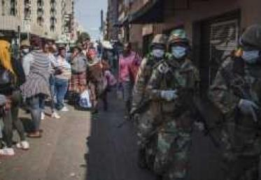 """وباء كورونا يغلق نصف """"القارة السمراء"""""""